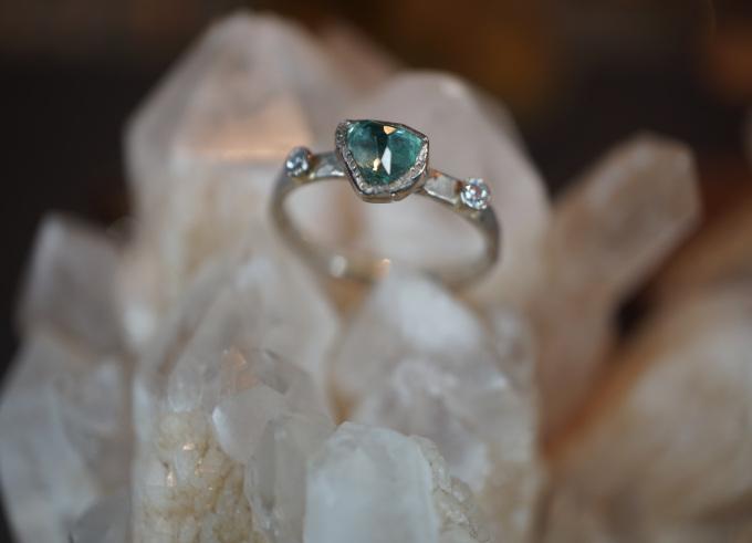 Ring met edelsteen Yma gehamerd