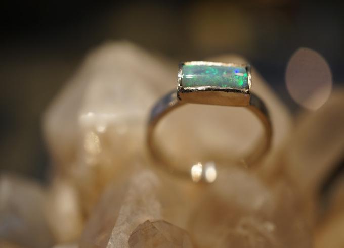 Ring met edelsteen gehamerd